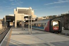 Passagiers diesel trein DMU kwam enkel van Tel Aviv aan tot de eindpost Malha, Jeruzalem van Jeruzalem Royalty-vrije Stock Foto's