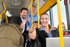 Passagiers in een bus stock afbeeldingen