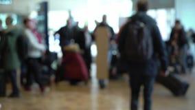 Passagiers in een luchthaven stock videobeelden