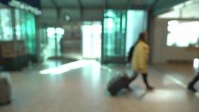 Passagiers in een luchthaven stock footage