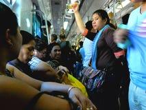 Passagiers of forenzen binnen een trein in Manilla, Filippijnen in Azië stock foto