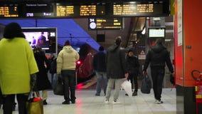 Passagiers in het station, met trein bij het platform wordt tegengehouden dat stock footage