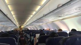 Passagiers in het vliegtuig stock footage