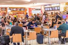 Passagiers in het voedselhof in luchthaven stock fotografie