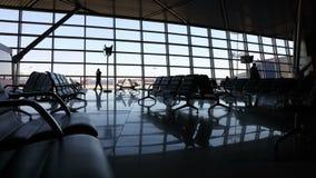 Passagiers in luchthaventerminal stock videobeelden