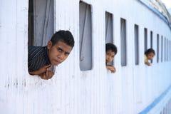 Passagiers op een houten veerboot in Oost-Indonesië Royalty-vrije Stock Afbeelding