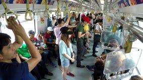 Passagiers status, belemmerd in lichte spoorwegdoorgang LRT stock videobeelden