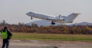 Passagiers straalvliegtuigen Yakovlev die jak-42 NAVO naam melden: Sla van KrasAvia-Luchtvaartlijnenbedrijf opstijgt in elkaar royalty-vrije stock fotografie