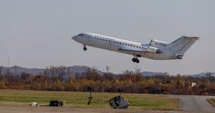 Passagiers straalvliegtuigen Yakovlev die jak-42 NAVO naam melden: Sla van KrasAvia-Luchtvaartlijnenbedrijf opstijgt in elkaar De stock foto's