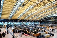 Passagiers in terminal 2 van de Luchthaven van Hamburg Royalty-vrije Stock Afbeeldingen