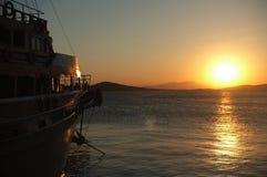 Passagiersboot bij een jachthaven bij schemer Royalty-vrije Stock Foto