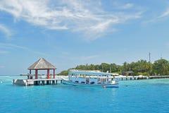 Passagiersboot die bij de toevlucht van de Maldiven wordt gedokt Royalty-vrije Stock Foto's