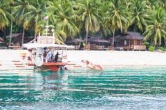 Passagiersboot die de vuist gebruikelijke bestemmingen van Eilandhoppen naderen in Samal stock afbeeldingen