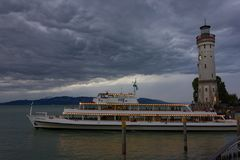 passagiersboot die haven van stadslindau verlaten Royalty-vrije Stock Afbeelding
