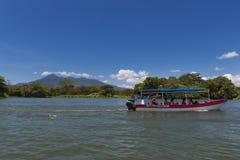 Passagiersboot in het Meer Nicaragua, die passagiers nemen tussen de eilandjes in de Eilandjes van Granada, Nicaragua Royalty-vrije Stock Afbeeldingen