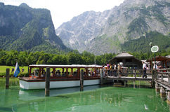 Passagiersboot op Pijler in Konigsee Stock Foto's