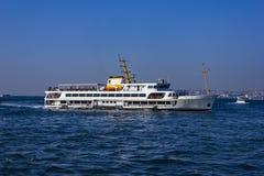 Passagierschiff in Bosporus - Istanbul, die Türkei Lizenzfreie Stockbilder