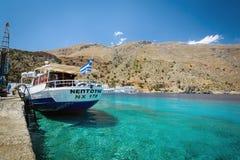 Passagierschiff, das nahen Pier von Loutro-Stadt auf Kreta-Insel bleibt Stockbilder