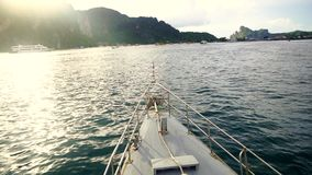 Passagierschiff, das zur Insel geht stock video footage