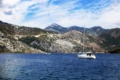 Passagierschiff segelt in das adriatische Meer, mit Ansichten der Berge Stockbild
