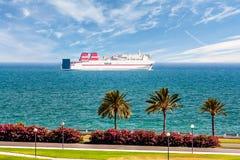 Passagierschiff segelt entlang die Promenade mit Palmen Stockbild