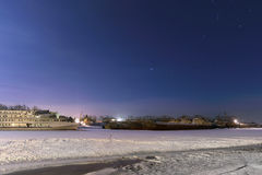 Passagierschiffe im gefrorenen Fluss bedeckt Stockfotografie