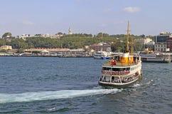 Passagierschiffe mit Touristen im goldenen Horn bellen Lizenzfreie Stockbilder