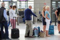 Passagierschlangestehen im internationalen Flughafen Schwechat, Österreich Wiens lizenzfreies stockfoto