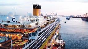 Passagierscruise overvol schip in zonsondergang voorraad Satellietbeeld van een groot cruiseschip met mensen op het hogere dek en stock video