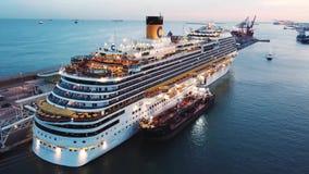 Passagierscruise overvol schip in zonsondergang voorraad Satellietbeeld van een groot cruiseschip met mensen op het hogere dek en stock videobeelden