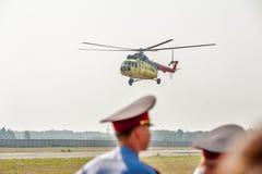 Passagiershelikopter mi-8 die landen Stock Afbeelding