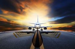 Passagiersjet die van luchthavenbanen a voorbereidingen treffen op te stijgen Stock Foto's