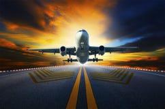 Passagiersjet die van luchthavenbanen w voorbereidingen treffen op te stijgen Stock Foto's