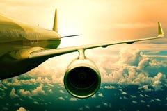Passagiersjet flyin boven wolken scape gebruik voor vliegtuigentra Stock Foto's