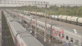 Passagierslange-afstandstrein op kleine post Uzunovo De mensen lopen op platform stock video