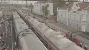 Passagierslange-afstandstrein op kleine post Uzunovo De mensen lopen op platform stock footage