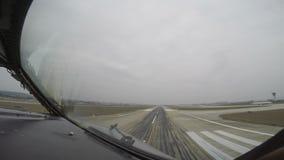 Passagierslijnvliegtuig die van cockpit landen stock videobeelden