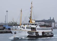 Passagiersschepen bij pijler Eminonu in Istanboel, Turkije stock afbeelding
