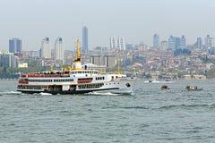 Passagiersschip in Bosphorus, Istanboel Stock Foto