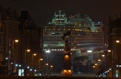 Passagiersschip Diamond Princess in haven Vladivostok bij nacht Van het oosten (Japan) het Overzees Rusland 02 09 2015 Royalty-vrije Stock Afbeelding
