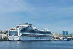 Passagiersschip Diamond Princess in haven Vladivostok Van het oosten (Japan) het Overzees Rusland 02 09 2015 Stock Afbeelding