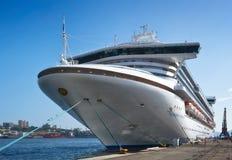 Passagiersschip Diamond Princess in haven Vladivostok Van het oosten (Japan) het Overzees Rusland 02 09 2015 Royalty-vrije Stock Fotografie