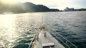 Passagiersschip die naar het eiland gaan stock videobeelden