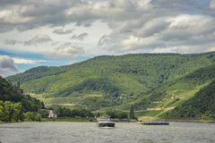 Passagiersschip op de rivier Rijn in Hessen, Duitsland Royalty-vrije Stock Afbeeldingen