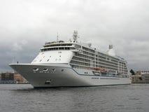 Passagiersschip op Neva Heilige Petersburg Stock Fotografie