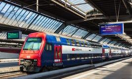 Passagierstrein bij een platform van het belangrijkste station van Zürich royalty-vrije stock afbeeldingen