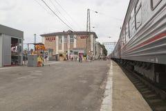 Passagierstrein bij het platform van het station Likhaya in het Rostov-gebied Stock Fotografie