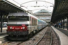 Passagierstrein Corail intercites klaar voor vertrek in het station van Parijs Gare DE l ` Est, die tot de SNCF-bedrijf behoren b royalty-vrije stock afbeeldingen