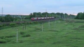 Passagierstrein het lopen in het platteland onder groene bomen, Rusland stock videobeelden