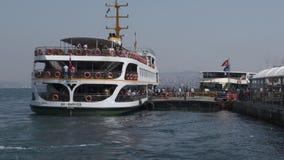 Passagiersveerboot bij havenwerf stock video